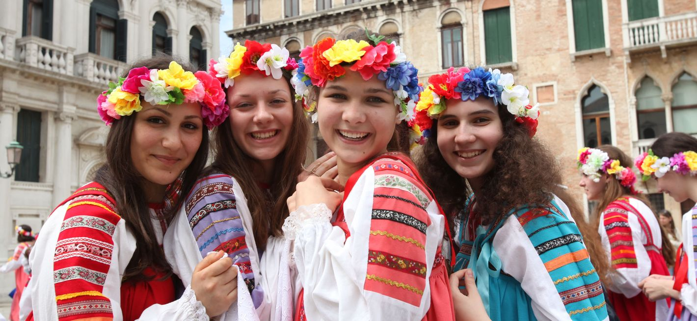 Young singers with wreaths of flowers © Giovanni De Marco