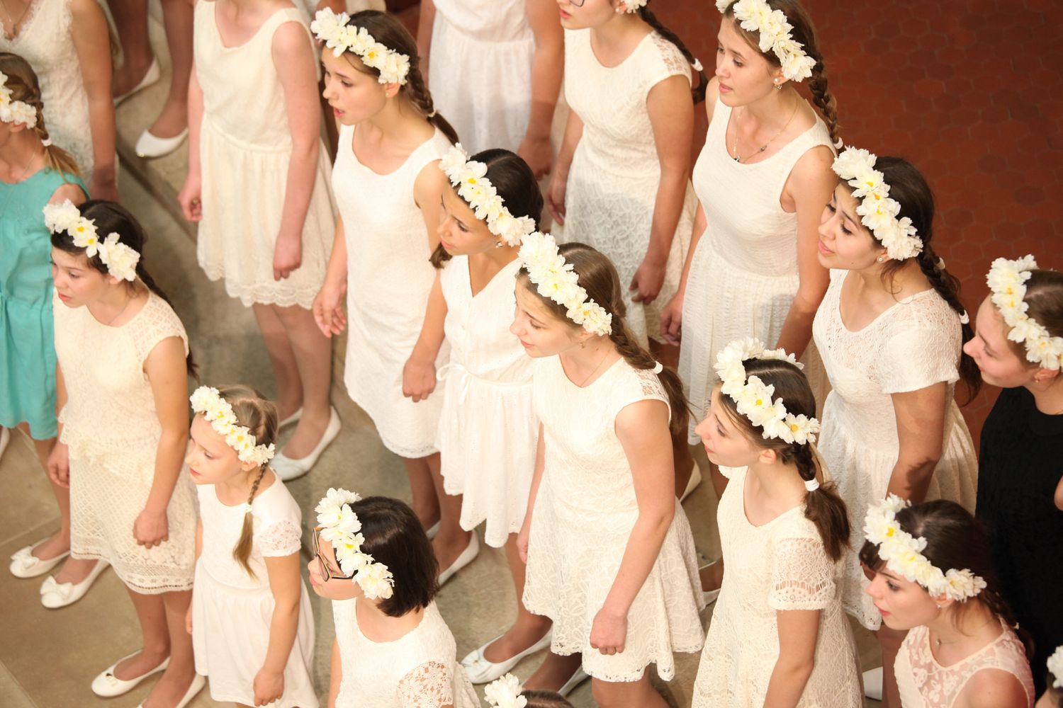 Singing Girls'Choir in white dresses