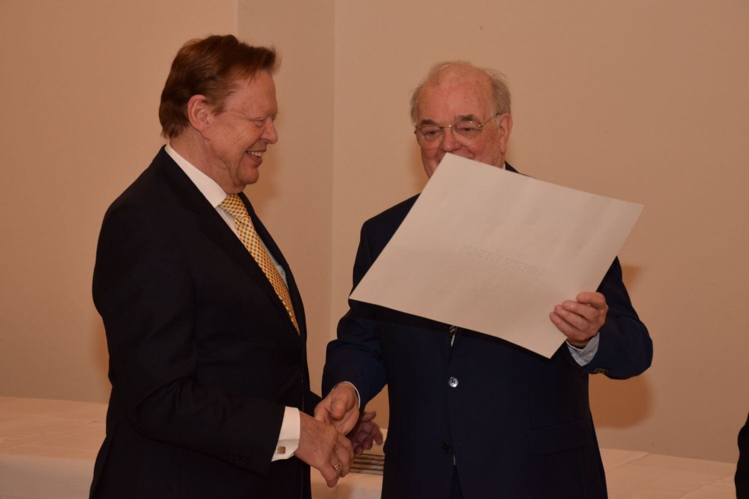 Günter Titsch receives the certificate of honor from Prof. Friedrich Lessky © INTERKULTUR