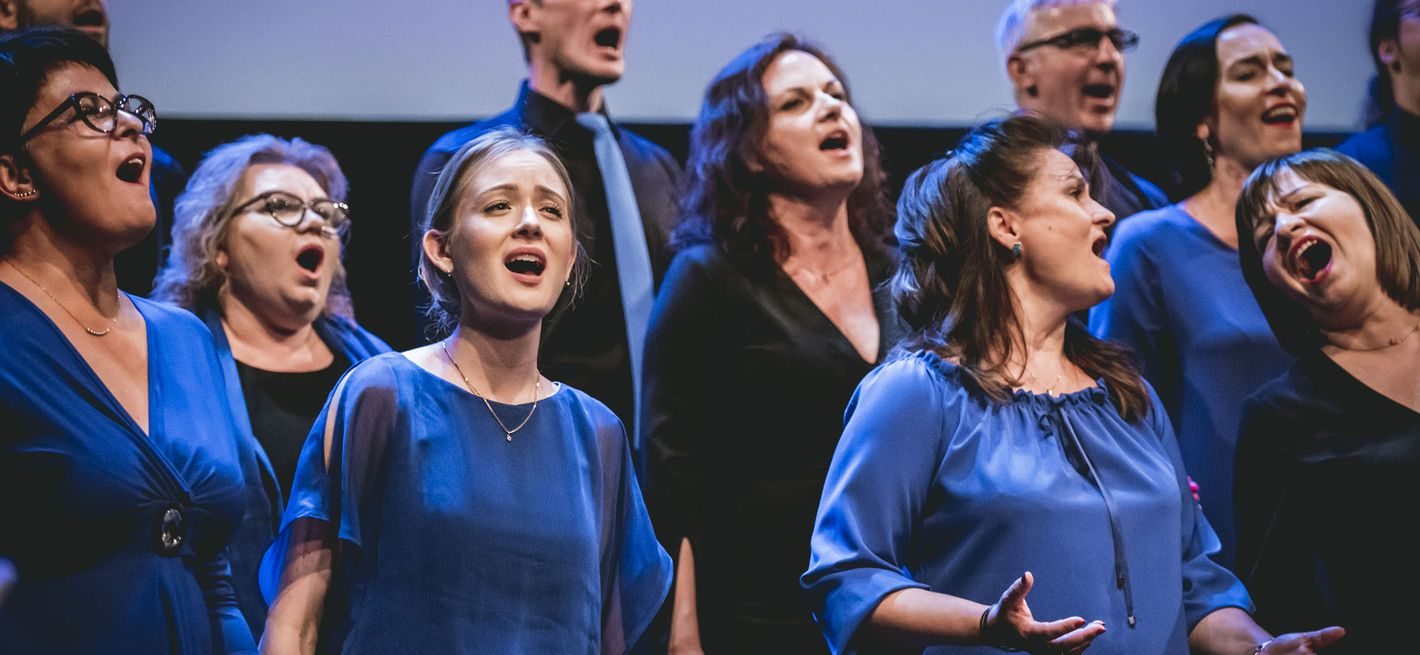 Choir performing on stage (Vox Singers, Poland) © Jonas Persson